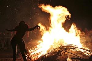 512px-Edinburgh_Beltane_Fire_Festival_2012_-_Bonfire