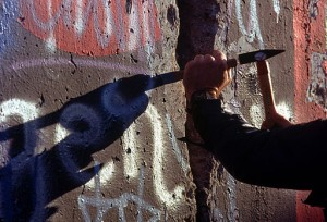 Chipping_off_a_piece_of_the_Berlin_Wall